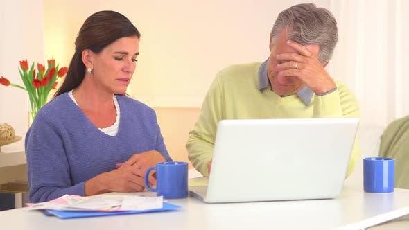 Thumbnail for Seniorenpaar betont über Rechnungen