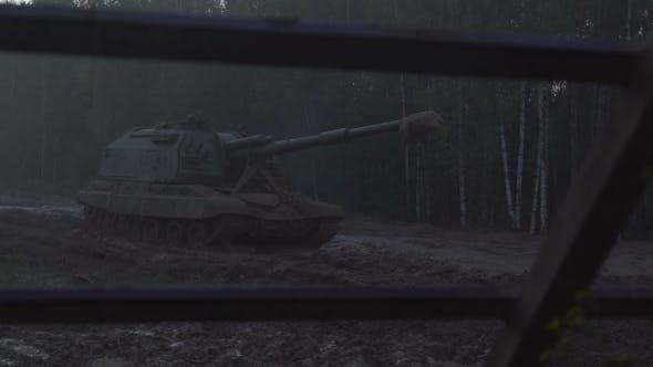 Selbstfahrende Artillerieeinheit Auf Der Straße In einem Wald