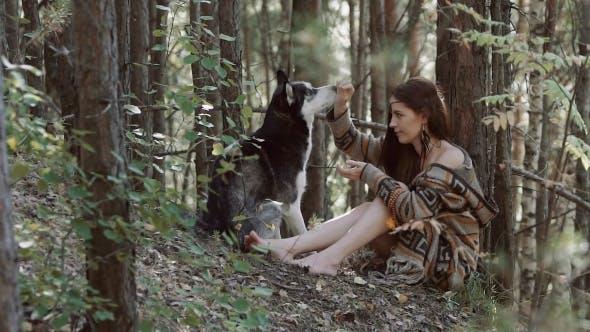 Thumbnail for Attraktive hellhäutige junge Frau sitzen und spielen mit Ihr Husky Hund