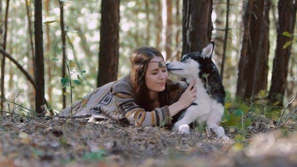 Thumbnail for Lächelnd junge frau liegend in den wald und mit ein moment der zärtlichkeit mit ihrem liebling pet