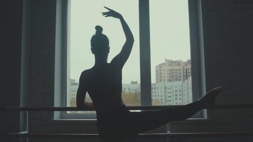 Tänzer-Silhouette-Tanz um die Tanzbar.
