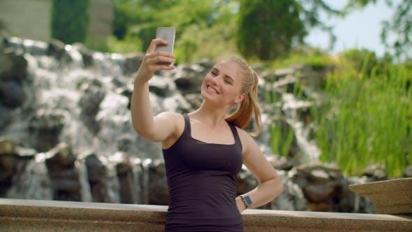 Thumbnail for Junge Frau nimmt Selfie in Park. Selfie Frau. Frau Selfie