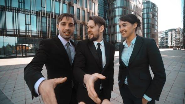 Thumbnail for Geschäftsleute froh, Sie zu sehen. Händedruck. Hallo!