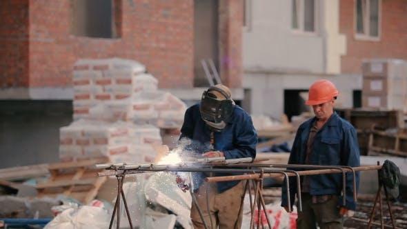 Thumbnail for Der Mann schweißen das Rohr an die Konstruktion