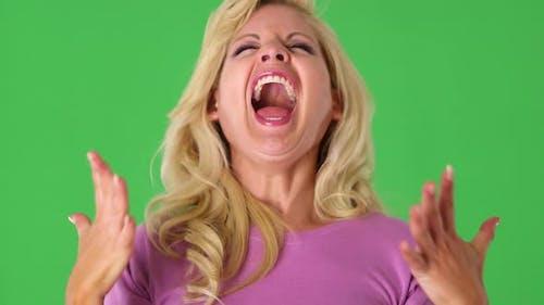 Porträt der blonden Frau lachen vor Aufregung