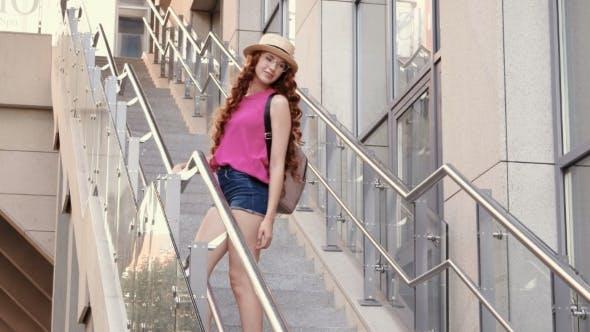 Thumbnail for schön junge Mädchen posiert auf Schritte in ein Stadt Hintergrund
