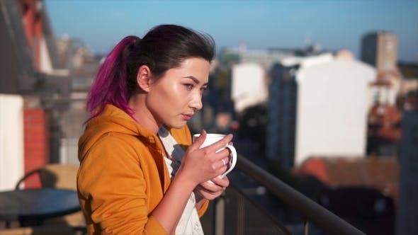 Thumbnail for asiatische Frau genießen Ihr Morgen Kaffee