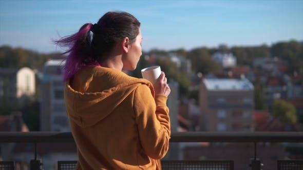 Thumbnail for asiatische Frau genießen Ihr Morgen Kaffee auf Balkon