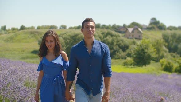 Thumbnail for Gemischte Rennen Paar genießen einen Spaziergang in Floral Lichtung
