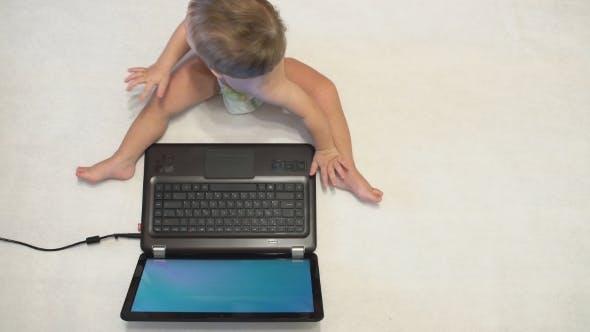 Kleiner Junge mit Laptop.