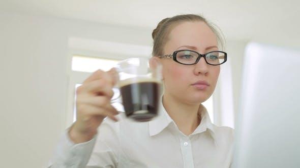 Thumbnail for Schöne junge Busines Frau mit Brille Arbeit auf Laptop