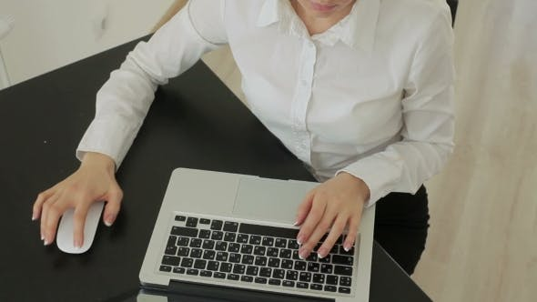 Thumbnail for Arbeit und Pause. Schöne junge Busines Frau mit Brille Arbeit auf Laptop