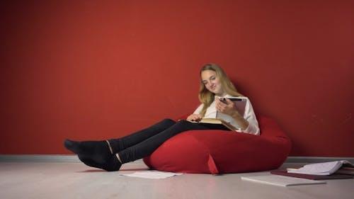 Persistent junge Student Mädchen Studieren