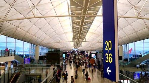 Zeitraffer von Menschen am Flughafen Hongkong