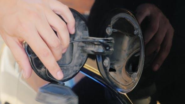 Thumbnail for Um das Auto mit Benzin zu füllen. Öffnen Sie die Luke: Öffnen Sie den Deckel und setzen Sie die Kraftstoffdüse  ein.