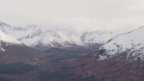 Lufthubschrauber durch Alaskan-Tal in Richtung Berge, Drohne aufnahmen