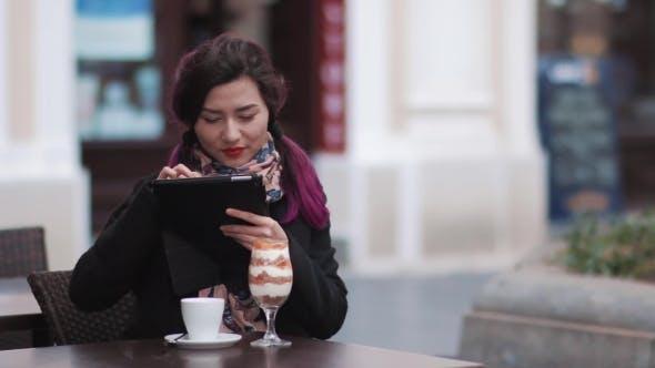 Thumbnail for Frau nimmt ein Foto von Käsekuchen in einem Café