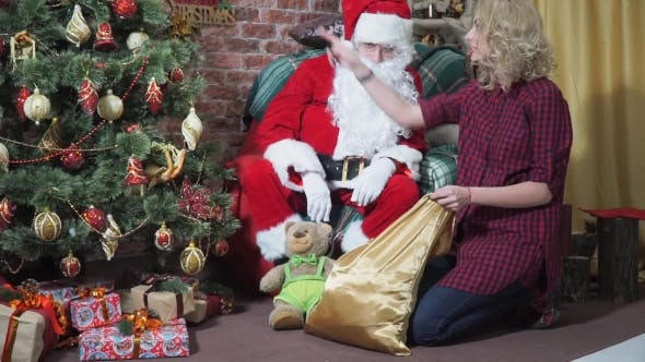 Cover Image for Mädchen stiehlt ein Geschenk aus Santa's Bag