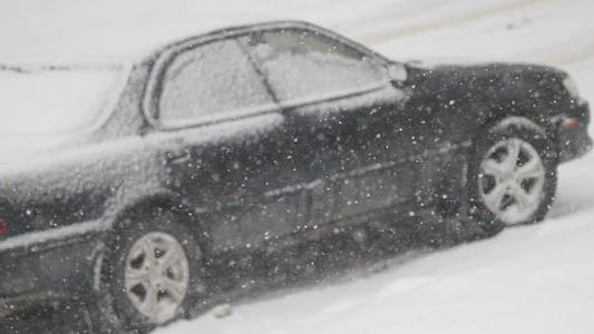Thumbnail for Auto und fallender Schnee