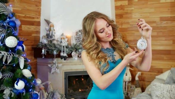 Thumbnail for Mädchen und Uhr in Silvester, Weihnachtsferien nähert sich, Schöne Mädchen-Shows auf dem Alten