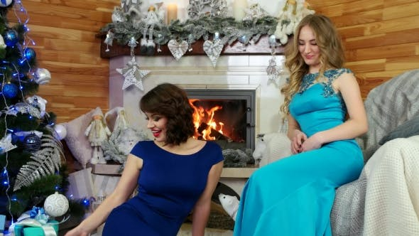 Cover Image for Christmas Surprise, Friends Exchange Christmas Presents New Year's Eve, the Girls Sit By the