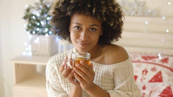 Thumbnail for Lächelnde Frau halten heißen Tee
