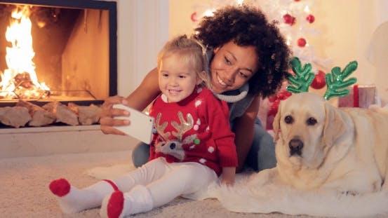Thumbnail for Happy Family Selfie Porträt zu Weihnachten