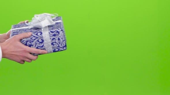 Thumbnail for Geschenk. Mann gibt ein Mädchen das Blau mit Ornament Box