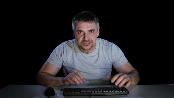 Thumbnail for Kerl Wütend Schreiben E Mail zu seinem Chef