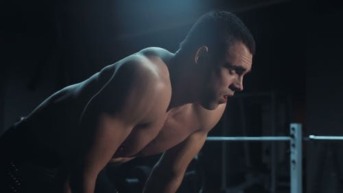 Müde Bodybuilder Blick in die Kamera