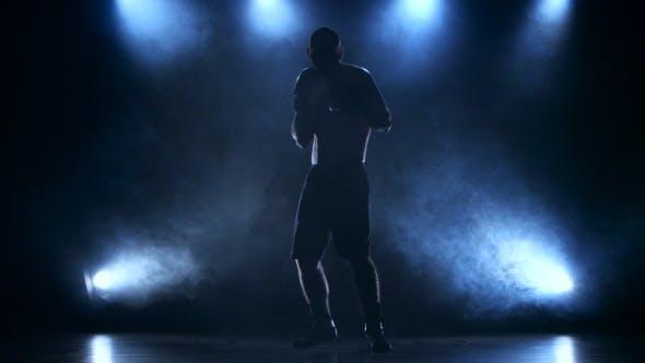 Thumbnail for Boxer konzentriert Aufmerksamkeit vor dem Kampf. Silhouette