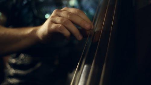 Der Musiker spielt Jazzmusik auf dem Cello