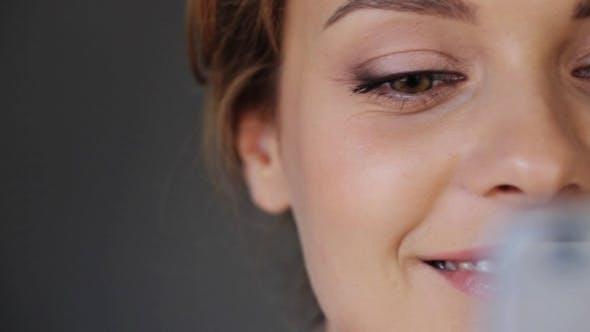 Thumbnail for Gesicht der lächelnden Frau mit Smartphone