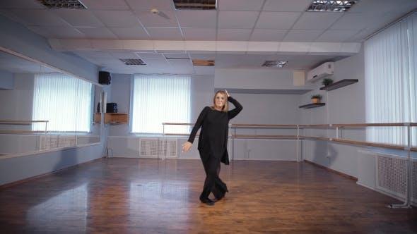 Thumbnail for Hausfrau tun Ihr Lieblings Hobby. Erwachsene Frau tanzt einen neuen Tanz in einem Tanzstudio. Bewegung