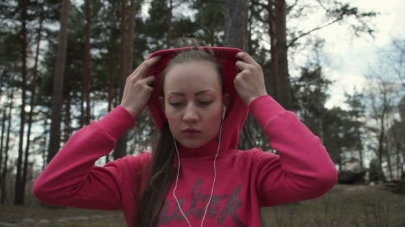 Thumbnail for Schöne Mädchen mit langen Haaren Puts die Kapuze