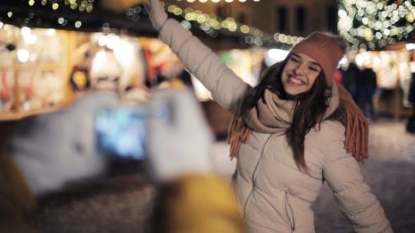 Thumbnail for Paar mit Smartphone Fotografieren auf Weihnachten