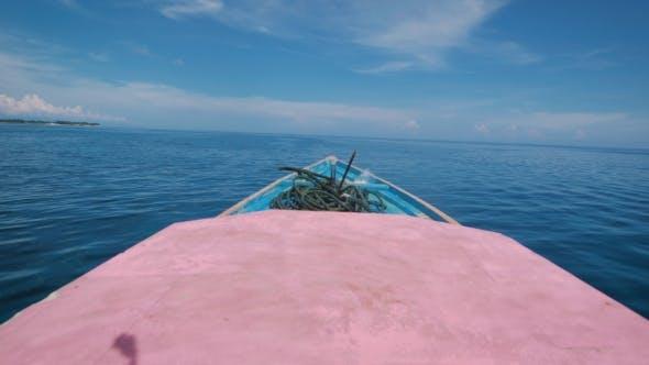 Thumbnail for Blick auf die Vorderseite des Bootes bewegt sich schnell in die Ferne im Ozean.