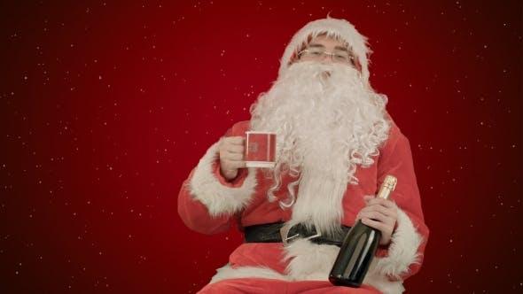 Thumbnail for Weihnachtsmann feiert Champagner auf rotem Hintergrund mit Schnee