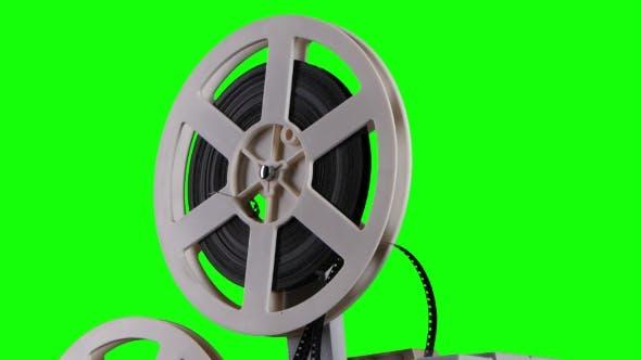 Film wird auf einen Kassettenprojektor gewickelt