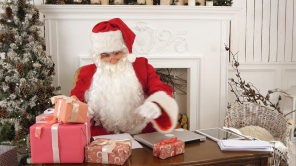 Thumbnail for Weihnachtsmann in seiner Weihnachtswerkstatt Unterschrift Geschenke für Kinder