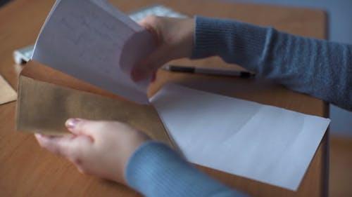Junge Frau schreibt einen Brief