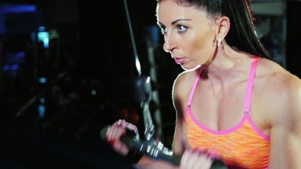 Entschlossenheit und Motivation: Sportliche Frau im Gym trainiert Hände. Female Bodybuilding