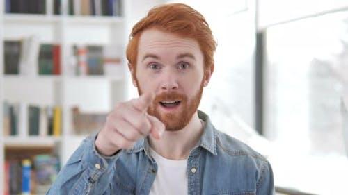 Einladung Geste von Casual Redhead Man