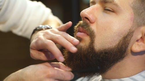 Kunde bei Bart- und Schnurrbartpflege im Friseurladen