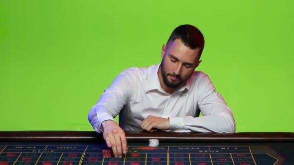 Thumbnail for Mann beschließt, alle seine Chips auf eine Nummer zu setzen