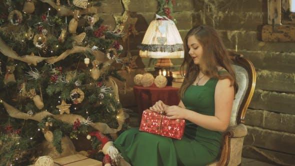 Cover Image for Girl Unpacks Gift Box