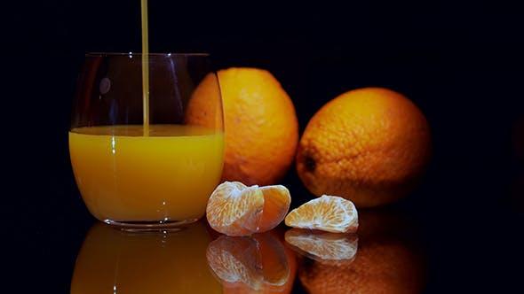 Ein Glas frischer Orangensaft