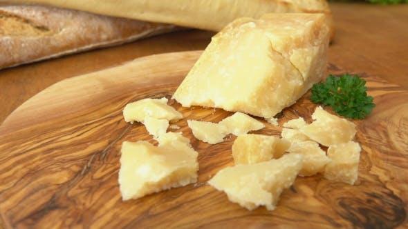 Parmesan-Käsestücke auf der Holzoberfläche