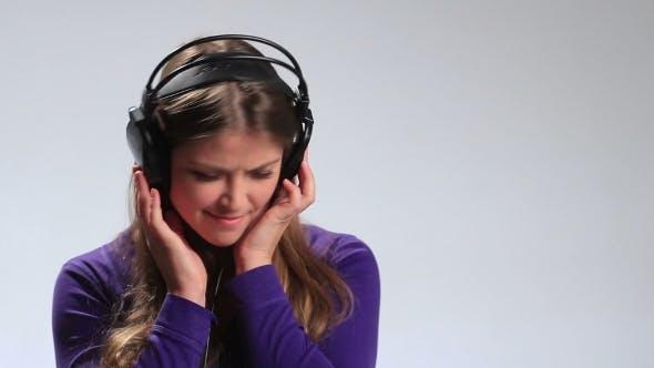 Thumbnail for Lustige Teenage Girl Hörfunk mit Kopfhörer