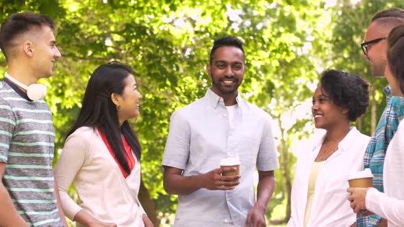 Thumbnail for Happy Friends Kaffee trinken und im Freien sprechen